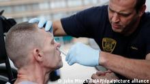 02/11/2017 Ein Arzt der Feuerwehr von Cincinnati verabreicht einem Mann (l) Naloxon als Gegenmittel gegen eine mögliche Überdosierung durch ein Opioid. Jedes Jahr sterben in den USA Tausende an den Folgen der synthetisch hergestellten Drogen. +++ dpa-Bildfunk +++