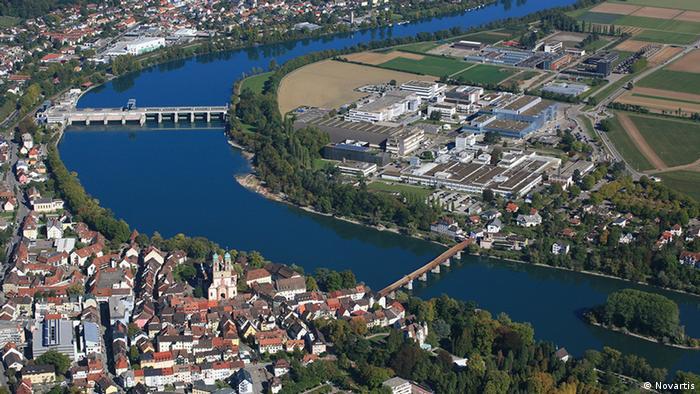 Вид сверху на фармацевтический завод Novartis в швейцарском городе Штайн