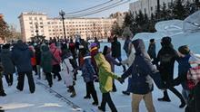 Хабаровчане водят хоровод вдоль оцепления на митинге в поддержку Фургала и Навального 23 января