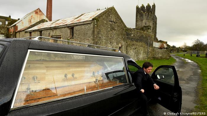 Машина с гробами в Ирландии