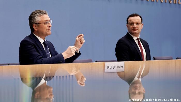 Piątkowa konferencja prasowa z szefem RKI Lotharem Wielerem oraz ministerm zdrowia Jensem Spahnem