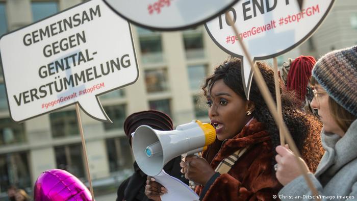 Deutschland Protest gegen Genitalverstuemmelung Kundegebung der Frauenrechtsorganisation Terre des Femme in Berlin
