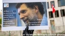 15/10/2020*** Ein Mann hält bei einer Mahnwache des PEN-Zentrums für den türkischen Verleger und Kulturmäzen Osman Kavala vor der Türkischen Botschaft ein Bild von Kavala. Kavala wurde Ende 2017 in der Türkei verhaftet. +++ dpa-Bildfunk +++