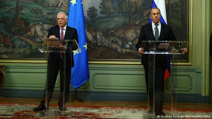 Joseph Borell (à gauche) lors de sa conférence de presse avec Serguei Lavrov