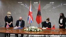 Albanien Norman Dunkan und Außenministerin Olta Xhacka unterzeichnen ein Abkommen