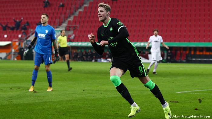 Importante victoria para el Wolfsburg que le permite mantenerse en el tercer lugar, a 3 puntos del Leipzig y 10 del líder Bayern. En la imagen, el neerlandés Wout Weghorst celebra el primer gol de su conjunto. El partido pudo haber terminado 0-4 si dos goles no hubiesen sido anulados.