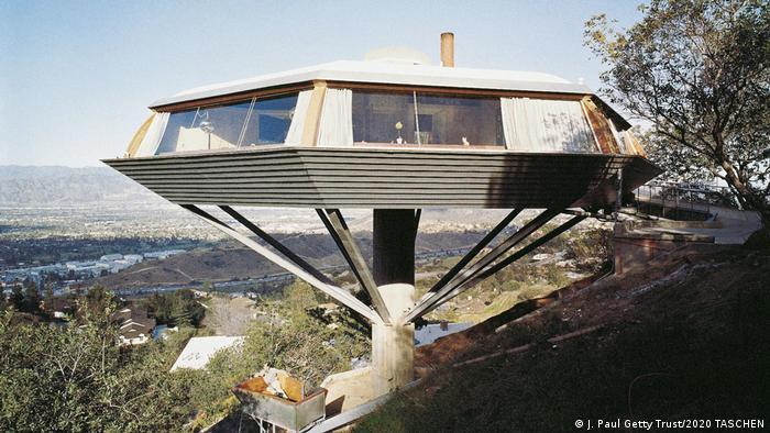 John Lautner erbaute ein Haus in den Bergen von Los Angeles, das nur auf einer Stütze steht und aussieht wie ein UFO. Darunter sieht man die Stadt Los Angeles.