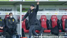Fußball: Bundesliga, SC Freiburg - Borussia Dortmund, 20. Spieltag, Schwarzwald-Stadion. Dortmunds Trainer Edin Terzic gestikuliert.