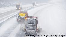 Niederlande| Winterwetter | Schneepflüge auf der Autobahn