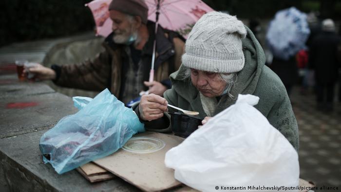 Бездомные пожилые люди бесплатно получают питание, Ялта, 2021 год