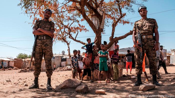 Soldados etíopes vigilan un campo de refugiados.