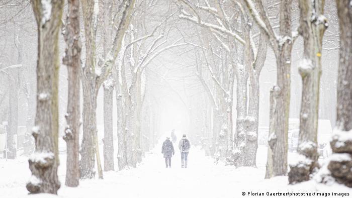 Berlin dilanda badai salju hebat, jarak pandang terbatas picu kecelakaan.