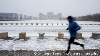 Ένας Βερολινέζος συνεχίζει απτόητος το τρέξιμο, παρά τις δύσκολες καιρικές συνθήκες