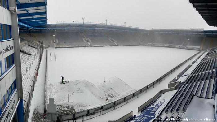 Stadion tertutup salju dam badai memaksa penundaan laga Bundesliga