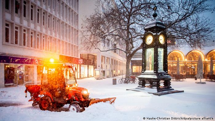 Снегоуборочный трактор и часы на площади Крёпке в Ганновере