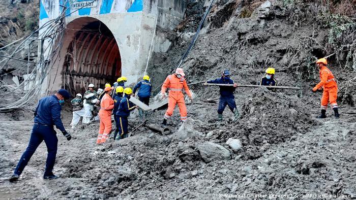 Indien   Rettungsarbeiten nach Flutwelle durch Gletscherabbruch