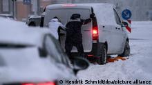 08.02.2021 +++ Ein Kleintransporter steckt auf einer Straße in Halle/Saale im Schnee fest. Starke Schneefälle führen zu erheblichen Behinderungen im Verkehr. +++ dpa-Bildfunk +++