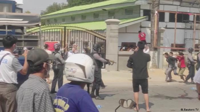 Polisi menembakkan gas air mata dan peluru karet untuk membubarkan kerumunan