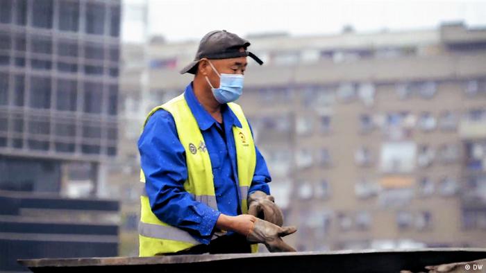 Kineski radnik na stanici na Novom Beogradu
