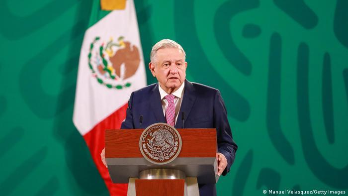 El presidente mexicano dijo que no se vacunará debido a que sus médicos le aseguraron que tiene suficientes anticuerpos por lo que no es indispensable que lo haga en este momento. El mandatario también adelantó que le pedirá a especialistas que expliquen la decisión. En días pasados, López Obrador había dicho que se vacunaría, luego de que sus médicos lo recomendaran (05.04.2021).
