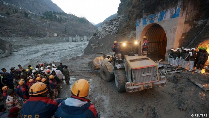 Indien Himalaya Damm-Bruch Überflutung Suche nach Überlebenden