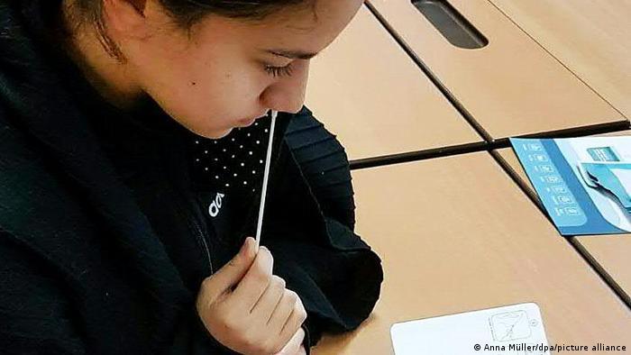 Une écolière autodidacte autotestée par Corona en Autriche