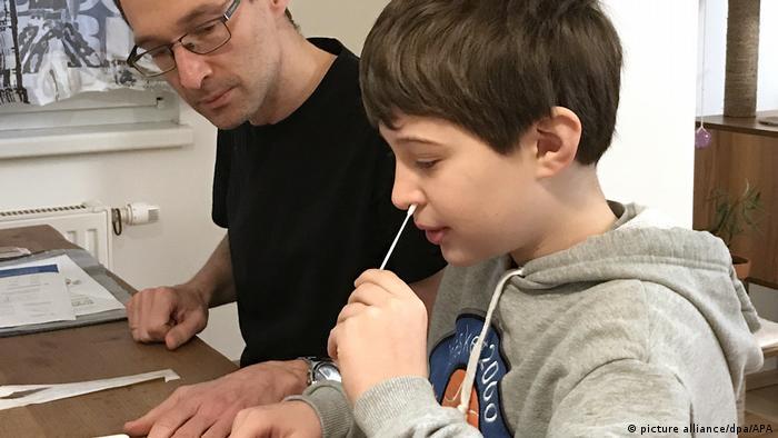 An Österreichs Schulen sind die Selbsttests schon Praxis - hier ausgeführt von dem neunjährigen Tim unter Anleitung seines Vaters
