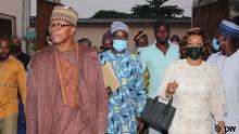 Eingangsbereich der Wahlkommission in Cotonou. Herr Eric Houndete (links und Vorsitzender der Partei Les Démocrates) und Frau Reckya Madougou (rechts) sind zwei der wichtigsten Opponenten in Benin. Für die Partei stellt sich Frau Madougou als Kandidatin für das Präsidialamt. Im Ticket heißt ihren Vize-Präsident, Patrick Djivo (nicht im Bild) Präsidentschaftswahl in Benin am 11.04.2021. Laut dem neuen Wahlgesetz wird ein Ticket gewählt: Präsident und Vize-Präsident. Präsident Patrice Talon ist Kandidat für ein 2. Mandat. Opposition kritisiert das Wahlgesetz und wirft Präsident Patrice Talon vor, Benin das Demokratiebeispiel in Afrika in Gefahr zu setzten. Die Wahlkommission hat insgesamt 20 Kandidaturen empfangen.