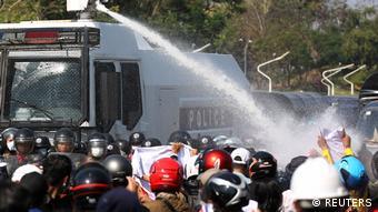 Además de carros lanzaaguas, la policía ha usado gases lacrimógenos y balas de goma contra manifestantes en distintas ciudades de Birmania.