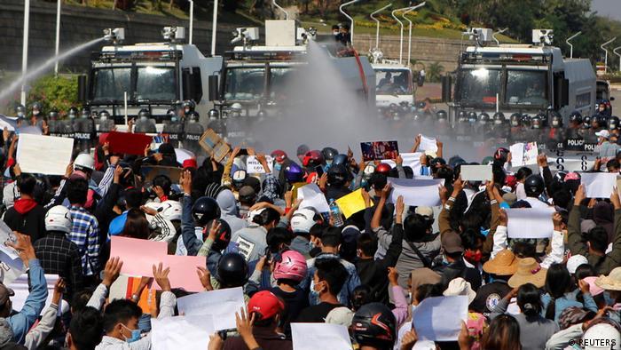 Силовики застосовують водомети проти протестувальників у М'янмі