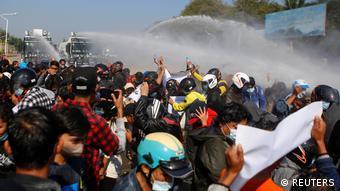 Los manifestantes desafían a los militares, que prohibieron la reunión de más de cinco personas.