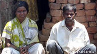 Manisha's parents Balu und Sarita Khandavale in front of their house