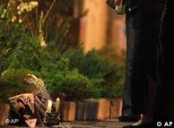 """图为2010年6月3日晚""""天安门母亲""""组织发起人之一丁子霖女士在当年其子遇难的地方点燃蜡烛悼念爱子的场面"""