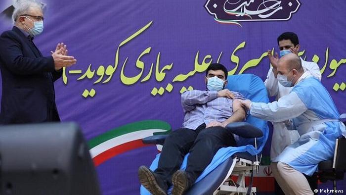 پارسا نمکی، پسر وزیر بهداشت ایران در حین تزریق واکسن کرونا