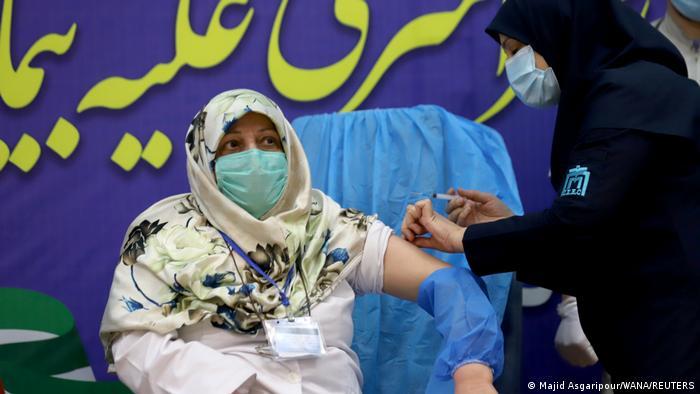 واکسیناسیون در ایران ۲۱ بهمن ۹۹ با کادر درمان آغاز شد اما با گذشت بیش از دو ماه و نیم هنوز به سرانجام نرسیده است