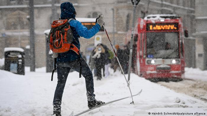 Seorang warga Jerman memakai peralatan ski di tengah hujan salju (09/02)