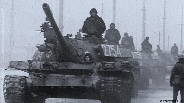 Panzer rollen in die besetzten Betriebe, die Streikführer werden verhaftet.