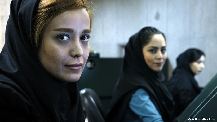 Zwei junge Frauen mit schwarzem Kopftuch schauen freundlich in die Kamera.