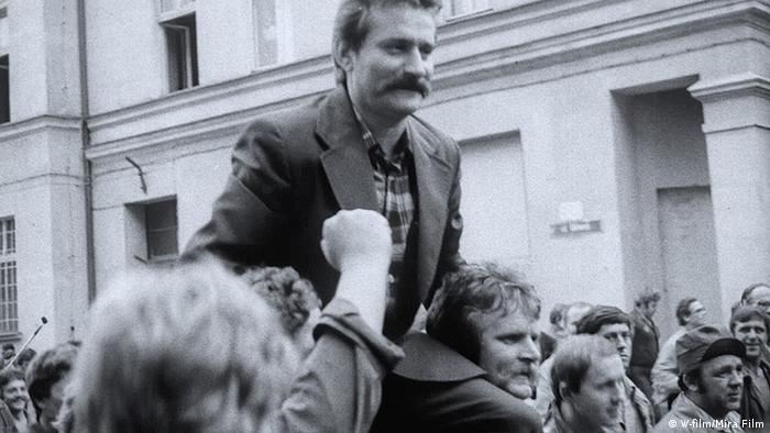Werftarbeiter in Polen tragen Streikführer Lech Walesa auf den Schultern.