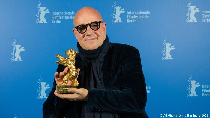 Gianfranco Rosi mit seinem Goldenen Bären