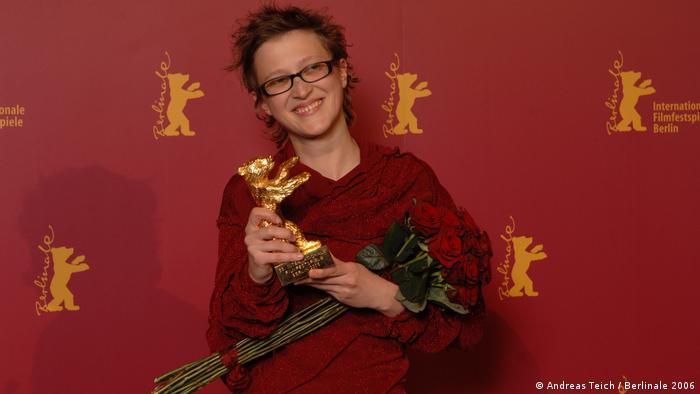 Jasmila Zbanic mit ihrem Goldenen Bären und einem Rosenstrauß