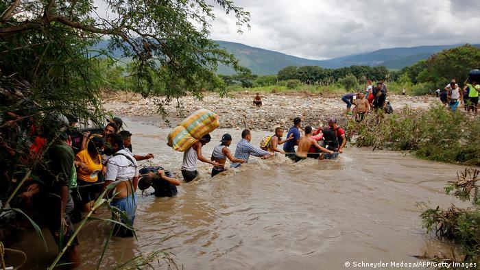 Venezolanos pasan la frontera hacia Colombia por trochas o ríos, como aquí cerca de Cúcuta. Imagen del 19 de noviembre de 2021.