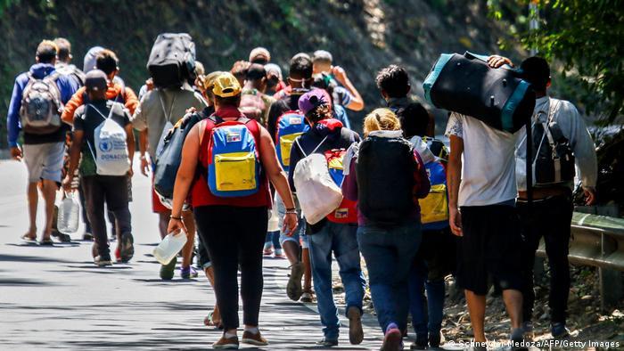 Migrantes y refugiados venezolanos recorren a pie una carretera en Cúcuta, Colombia, en la frontera con Venezuela