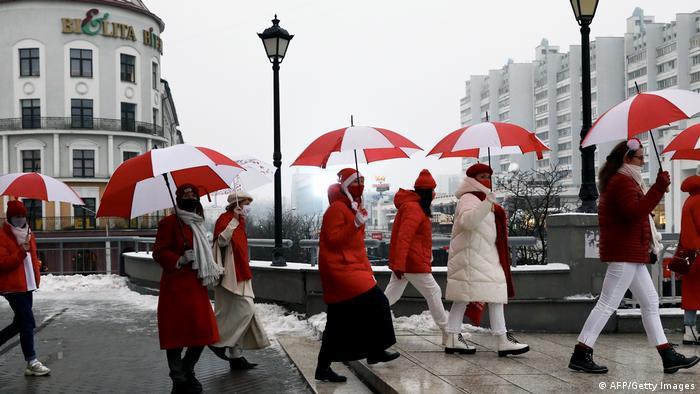 Belarus Protest l Demonstration mit weiß-roten Regenschirmen in Minsk