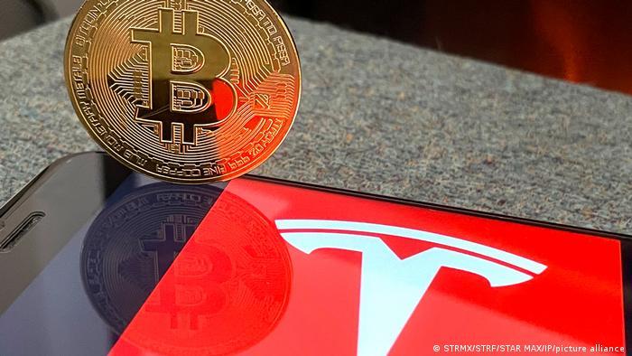 Symbolbild I TESLA und Bitcoin