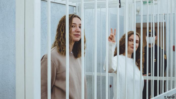 Катерина Бахвалова и Дарья Чульцова за решеткой в зале суда