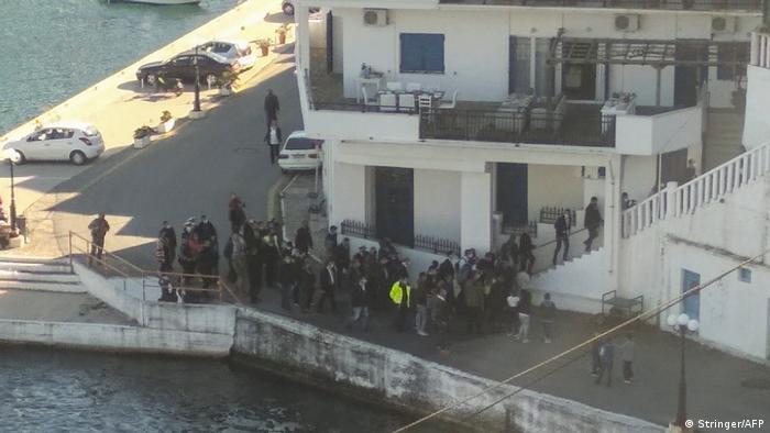 Premierul Mitsotakis și multe alte persoane intrând în clădirea unde a avut loc masa din 6 februarie, pe insula Ikaria