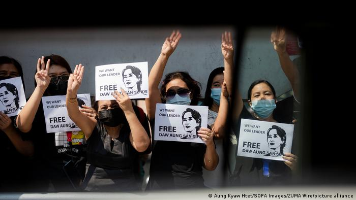 Protests in Myanmar against the military coup: Demonstrators hold up three fingers as well as signs with a picture of activist Aung San Suu Kyi.