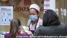 Russland Eisverkäuferin im Kaufhaus Gum in Moskau