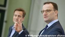 10/11/2020 Jens Spahn (CDU), Bundesgesundheitsminister, und Philipp Justus (l), Vice President Google Zentral-Europa, beantworten auf einer Pressekonferenz im Bundesgesundheitsministerium Fragen von Journalisten zu Gesundheitsinformationen im Internet. +++ dpa-Bildfunk +++